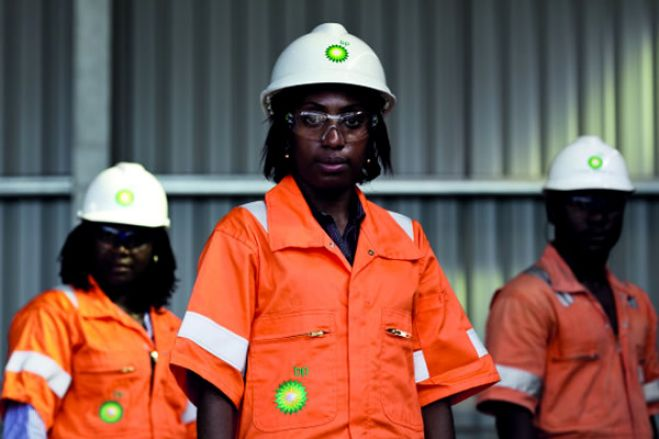 Petrolíferas proibidas de contratar serviços básicos ao estrangeiro