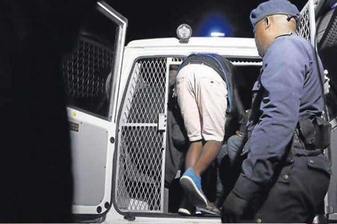 Detidos dois efetivos da polícia suspeitos de fornecer munições a assaltantes