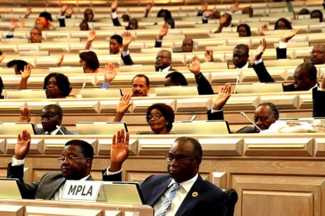 Parlamento aprova proposta do PR de revisão ordinária da Constituição da República