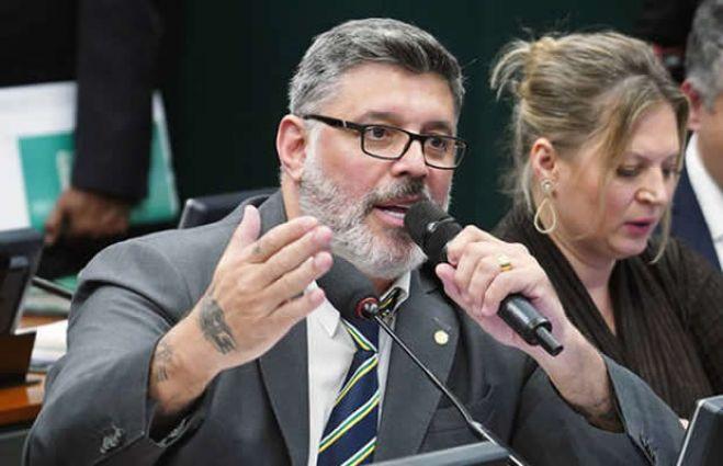 """Deputado brasileiro diz que """"Bolsonaro não é burro, mas um idiota ingrato"""" - imprensa"""