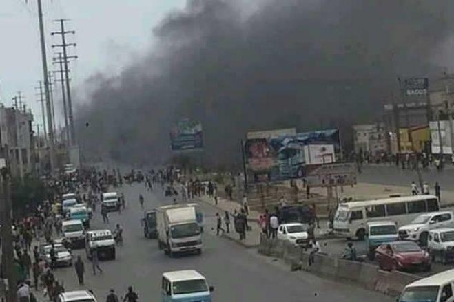 Esquadra móvel e motorizadas queimadas durante repressão policial contra manifestantes