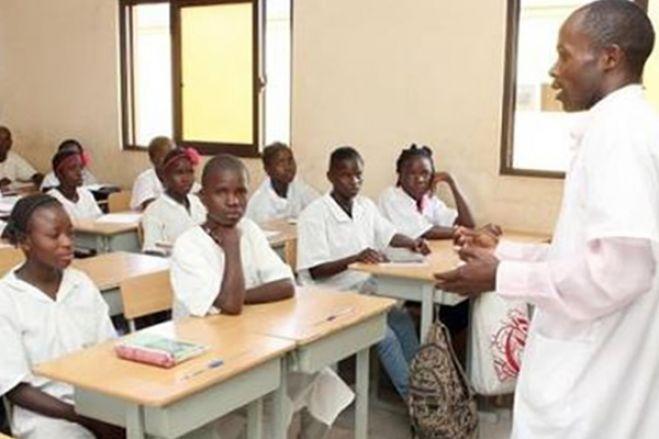 """Sociedade civil angolana considera """"indecente"""" cobrança de taxas no ensino secundário público"""