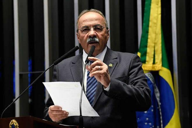 Afastado do cargo por 90 dias senador brasileiro encontrado com dinheiro  na cueca