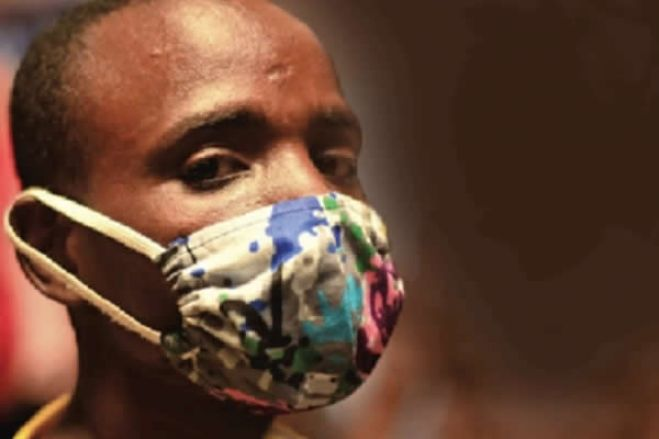 Covid-19: Máscaras de pano africano protegem do coronavírus e dão cor às ruas de Luanda
