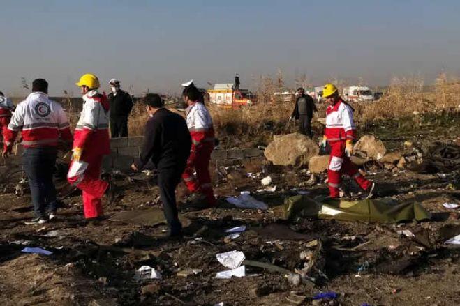 Após retaliação do Irã aos EUA, avião com 170 passageiros cai em Teerã
