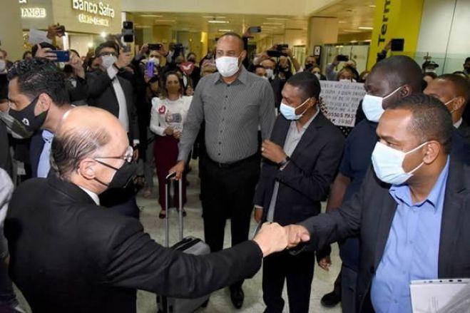 Primeiros missionários expulsos de Angola são recebidos pelo Bispo Macedo em São Paulo
