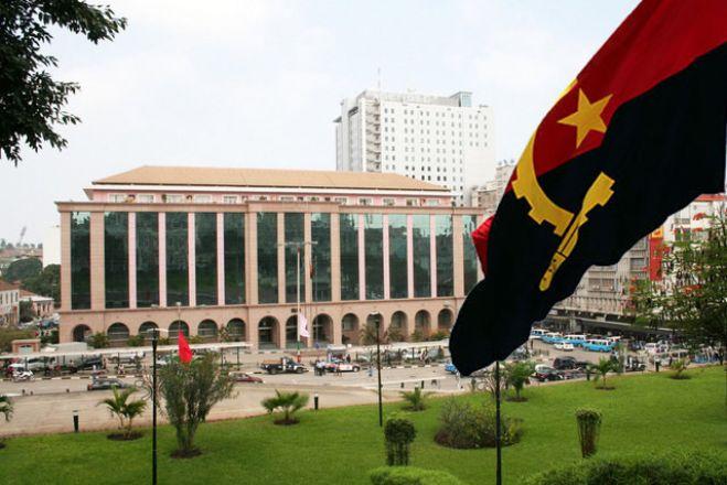 Angola vai reorganizar administração pública para adequar Estado à crise orçamental