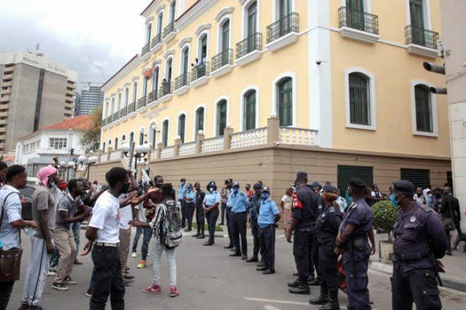 Ânimos exaltados frente ao tribunal durante julgamento de detidos em manifestação em Luanda