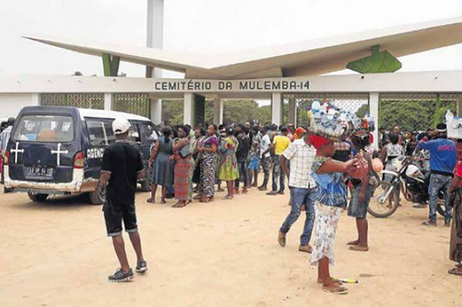 Agente da PN espancado por cidadãos quando tentava impedir a entrada de centenas de pessoas no cemitério do 14