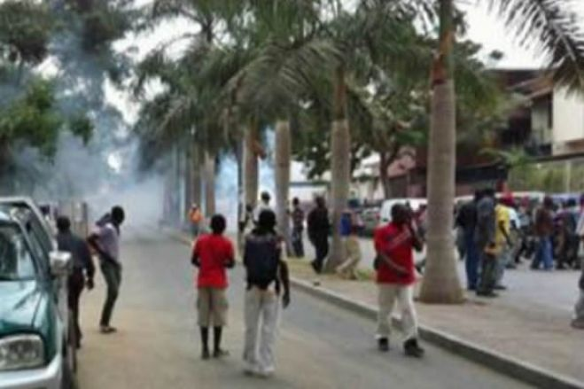 Alunos de escola primária de Luanda desmaiam devido a gás lacrimogêneo que seria para manifestantes