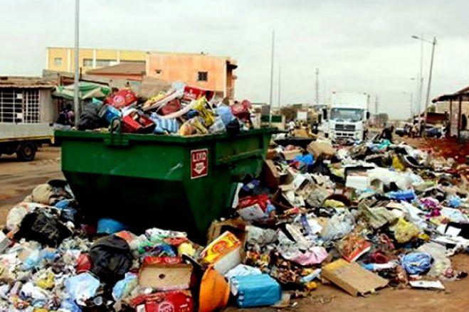 Cadáveres de recém-nascidos retirados de contentores do lixo e valas em Luanda