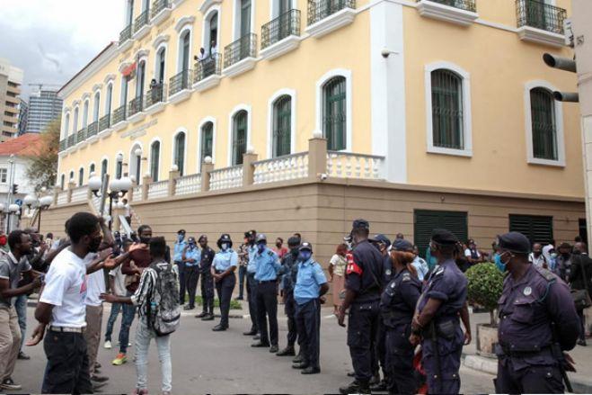 Polícia dispersa jovens concentrados em frente ao tribunal de Luanda