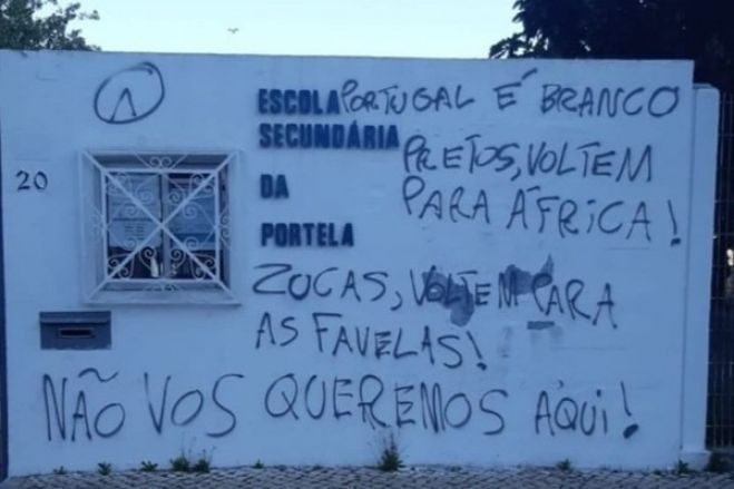 Escolas e universidades em Portugal são pichadas com mensagens contra negros, ciganos e brasileiros