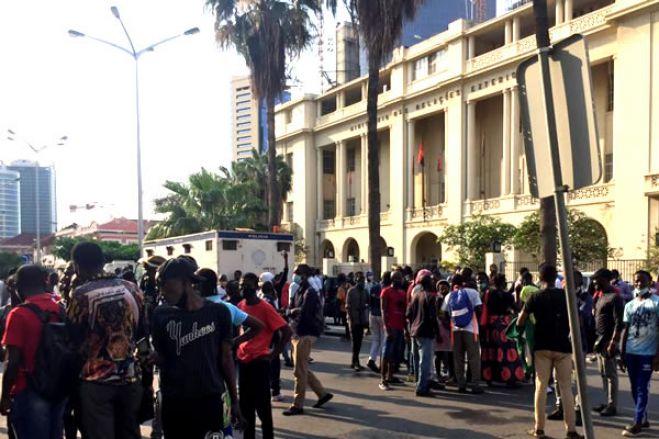 Julgamento de manifestantes prossegue hoje em Luanda com audição dos últimos dez arguidos
