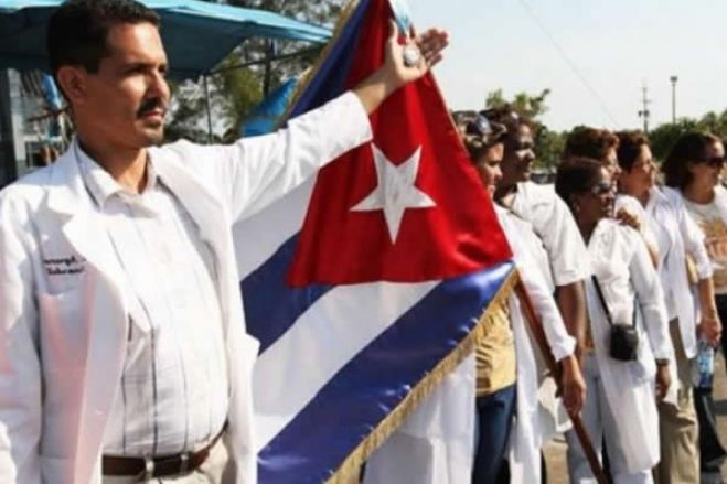 Mais de 250 médicos cubanos chegaram a Angola no combate à pandemia
