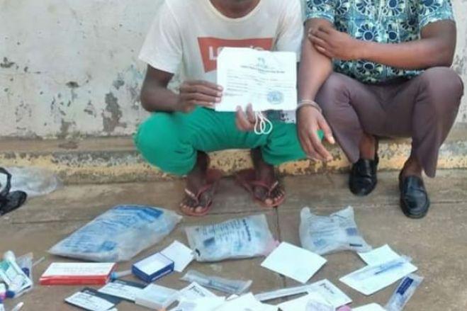 Cidadãos detidos por suspeitas de venderem testes da covid -19 na via pública