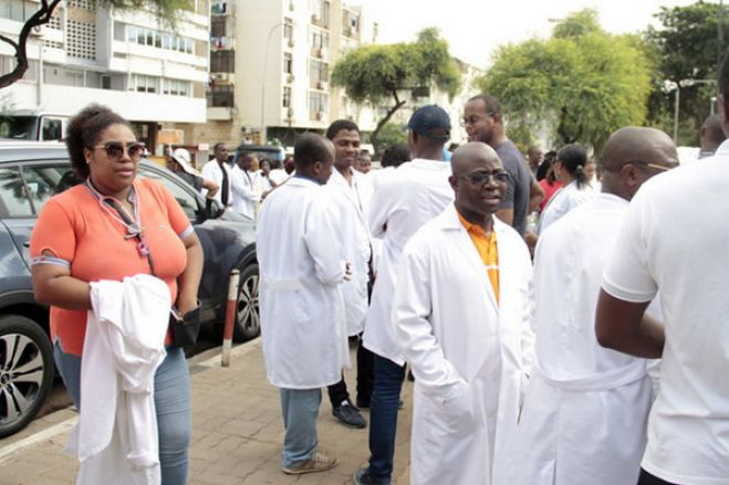 Sindicato dos médicos angolanos lamenta postura da polícia contra jornalistas em Luanda