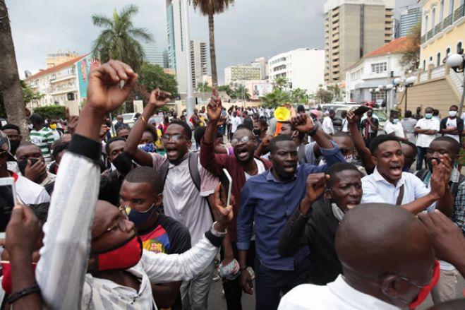 """Manifestantes gritam """"Liberdade, já!"""" em frente ao Tribunal Provincial de Luanda"""