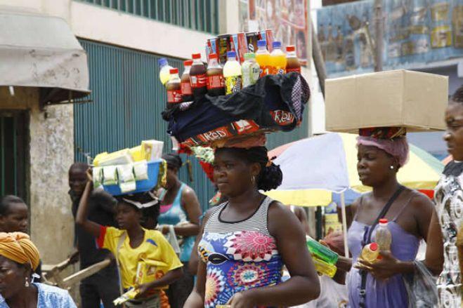 """Aumenta a pobreza entre """"zungueiras"""" de Luanda, diz associação"""