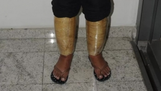 Brasileira é presa tentando embarcar em voo para Angola com cocaína nas pernas
