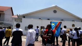 Ativistas congoleses manifestar-se em frente à embaixada angolana em Kinshasa