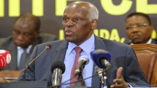 """Eduardo dos Santos anuncia congresso extraordinário para """"resolver"""" liderança no MPLA"""