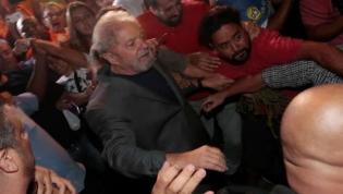 Lula é preso; ex-presidente se entrega e será levado a Curitiba