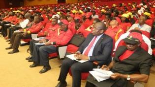"""MPLA está dividido e em """"rota de colisão"""" - Analistas angolanos"""