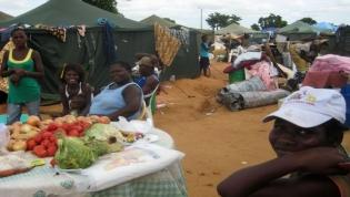 Centenas de cidadãos do Zango 1 protestam por viverem há dez anos em tendas