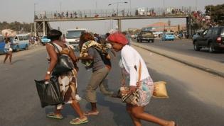 Peões que embaraçam o trânsito são agora multados em Luanda